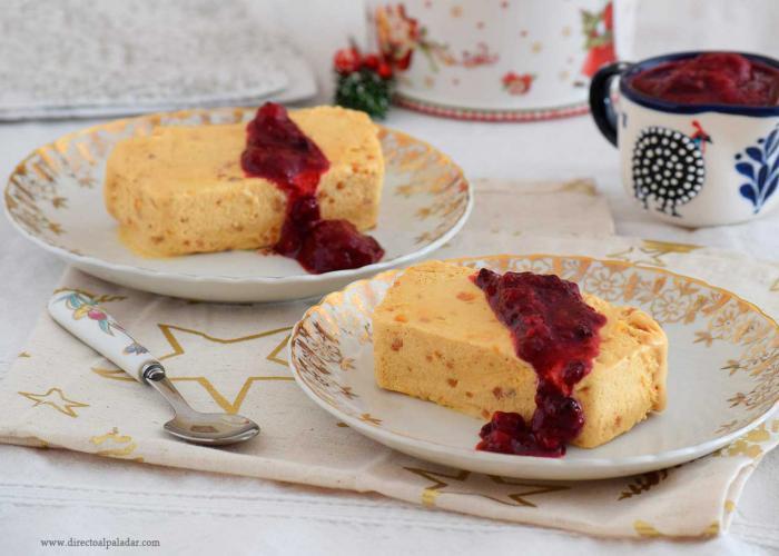 Biscuit de turrón con salsa de frutos rojos