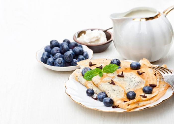 Crepes de semillas de amapola con crema de queso y arándanos