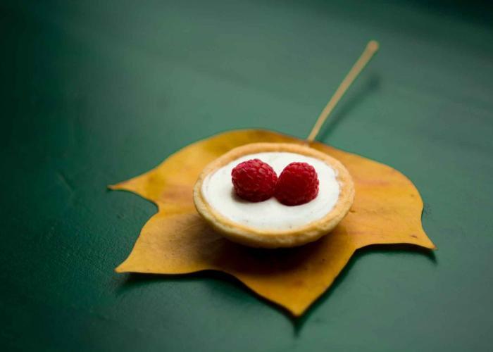 Cestitas de frambuesas y crema de chocolate blanco