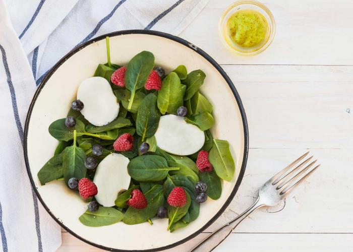 Ensalada de espinacas con queso de cabra y frutos rojos